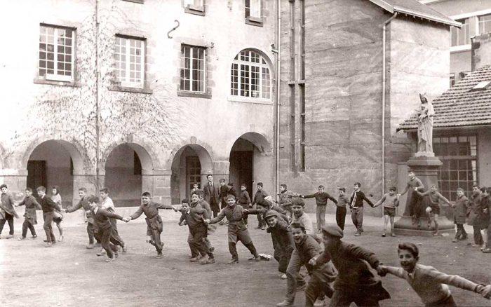 1959-farandole-dans-le-cloitre